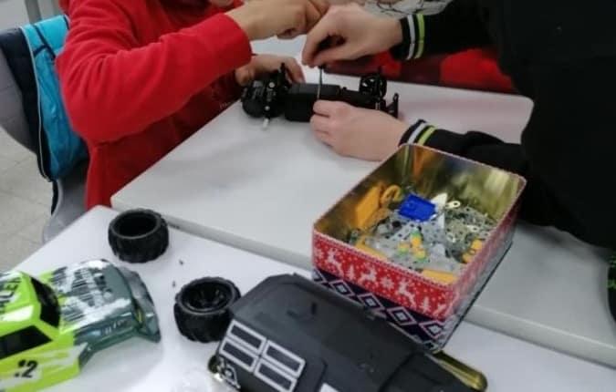 Die Schüler während der Konstruktion des mobilen Kleiderhakens